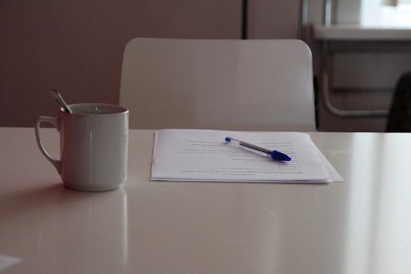 Muki ja sopimus pöydällä