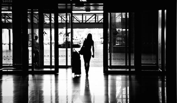 Nainen ja matkalaukku
