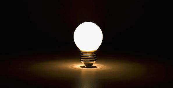Hehkulamppu pimeässä