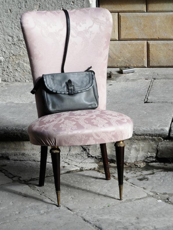 Tuoli ja laukku