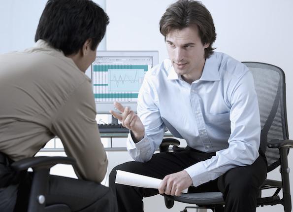 Kaksi miestä neuvottelee